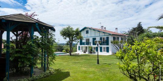 Maison 235m² T8 + Piscine + Parc 2200m² Vue Montagne