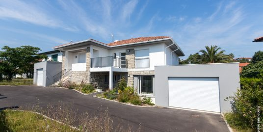 Appartement 93m² T4 rdc + Terrasse et jardin 2mn Plage Entièrement rénové