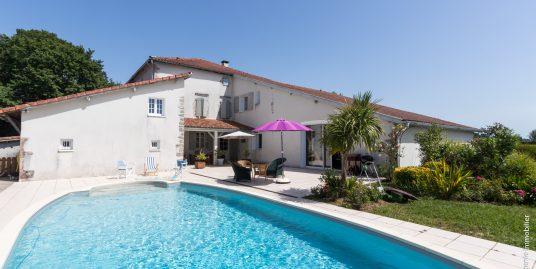 Maison de Maitre 370m² + Gite 80m² T3 + Dépendance 70m² Parc 14000m² + Piscine